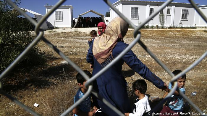 Flüchtlinge hinter Zaun auf Zypern