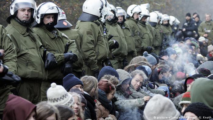 Deutschland Protest gegen Castor-Transporte nach Gorleben (picture-alliance/AP Photo/K.-U. Knoth)