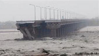 Der Taifun zerstörte die große Brücke von Shuang Yuan auf Taiwan (Foto: AP)