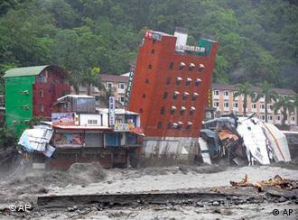 Wassermassen bringen auf Taiwan ein sechsstöckiges Hotel zum Einsturz (Foto: AP)