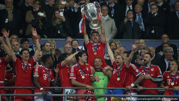 Thomas Müller ergue a taça da Champions League pelo Bayern em 2013