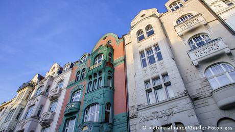 Преди да наемете жилище в Германия, задължително се информирайте дали наемът не е завишен. За всяко населено място в страната съществува т.нар. огледало на наемите, което показва колко е средният наем за съответния град. Но понеже в момента търсенето е голямо, някои собственици изискват значително по-високи наеми. В края на 2018 година наемът в Мюнхен достигна 17,56 евро за квадратен метър.
