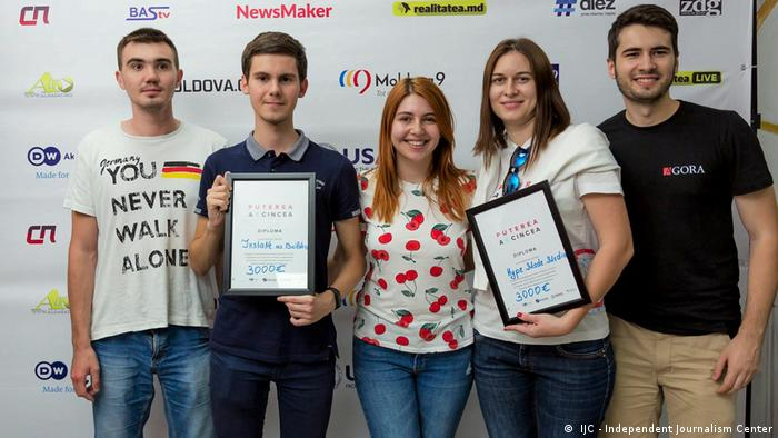 One of the dangers is that teams come to hackathons with pre-conceived ideas, in an attempt to win prize money. But money should not be the only motivation. Stress that hackathons are about working together to develop new approaches, and about gaining experience and building new networks. (DW/Y. Alekseeva)