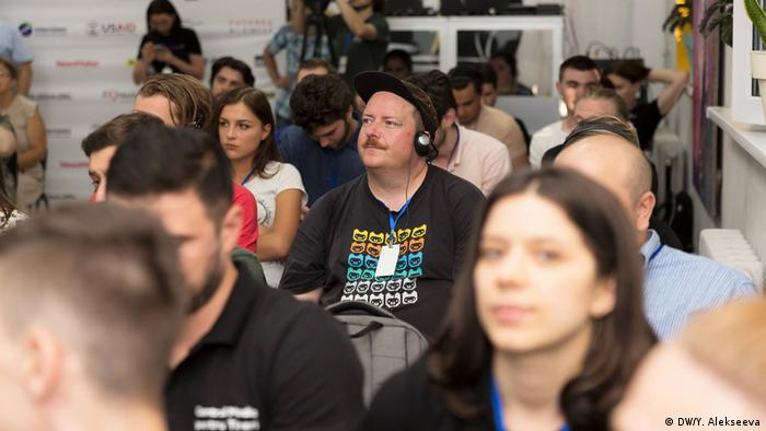 Make sure accompanying workshops last no longer than 45 to 90 minutes. And know that two workshops per day are enough – the biggest asset of a hackathon is time for the working sessions. (DW/Y. Alekseeva)