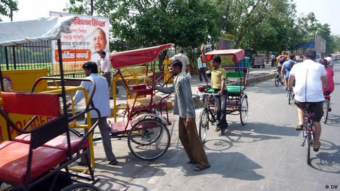 DelhibyCycle_Straßenszene mit Fahrrädern und Rikschas.jpg (DW)