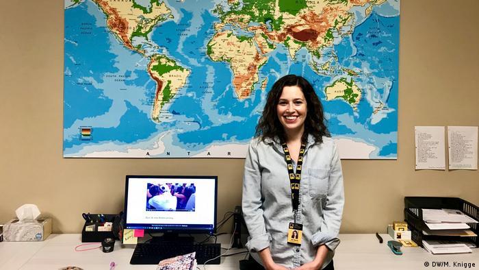 USA Montana -Director von IRC office in Missoula, Jen Barile, vor Landkarte