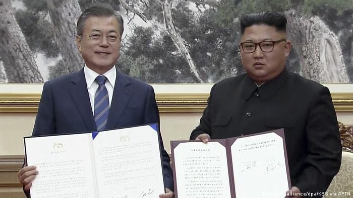 Moon Jae-in e Kim Jong-un exibem declaração conjunta assinada em Pyongyang