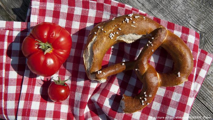 BG Do's & Dont's auf dem Oktoberfest (picture-alliance/imageBROKER/P. Pavot)