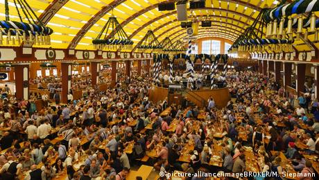 BG Do's & Dont's auf dem Oktoberfest (picture-alliance/imageBROKER/M. Siepmann)