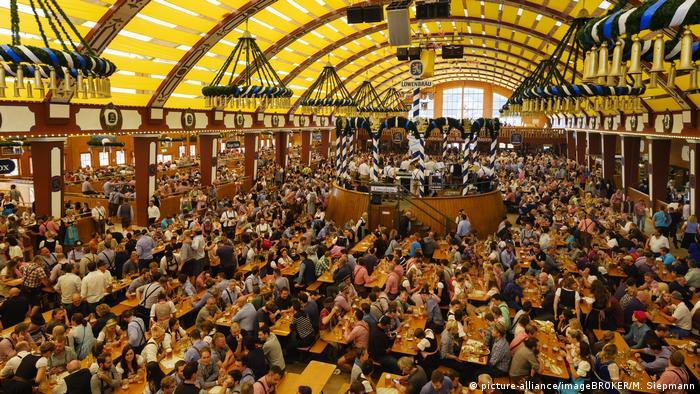 BG Do's & Dont's auf dem Oktoberfest (picture-alliance/imageBROKER/M. Siepmann)