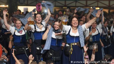 BG Do's & Dont's auf dem Oktoberfest (picture-alliance/dpa/F. Hörhager)