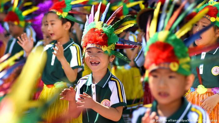 Crianças chinesas comemoram o Dia Mundial da Criança