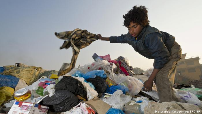 Criança trabalha em aterro de lixo em Kathmandu, no Nepal