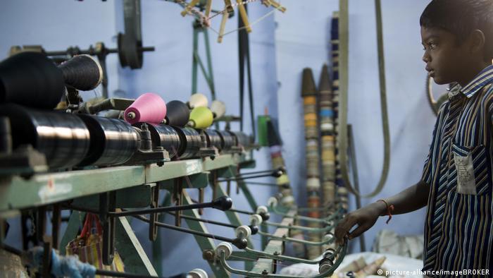 Criança trabalha em fábrica de mosquiteiros no sul da Índia