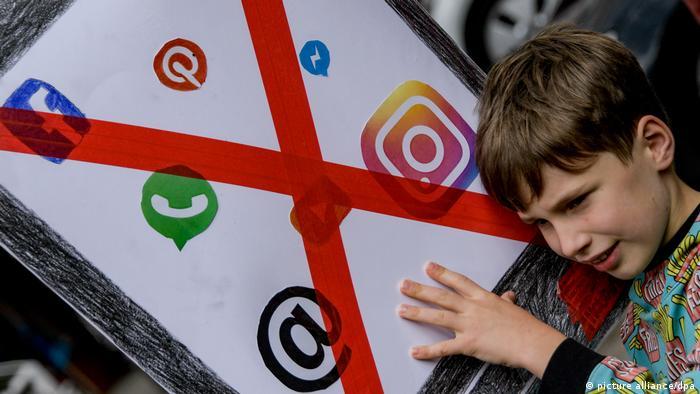 Crianças protestam em Hamburgo, na Alemanha, por pais preferirem brincar com celulares