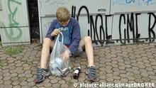 Ein neunjähriger Junge verdient sein Taschengeld durch Sammeln von Pfandflaschen, Deutschland, Europa | Verwendung weltweit, Keine Weitergabe an Wiederverkäufer.
