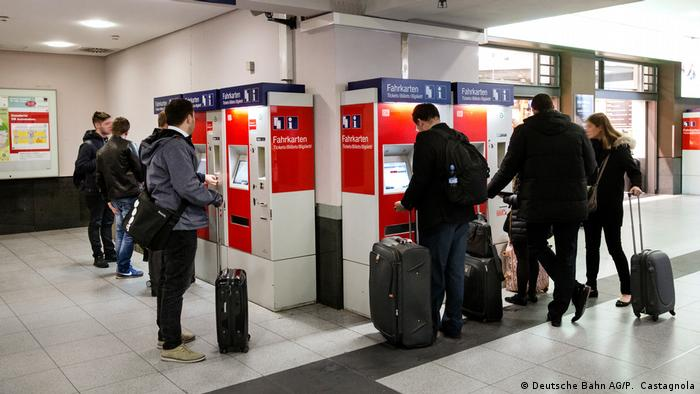 People buying train tickets at vending machines (Deutsche Bahn AG/P. Castagnola)