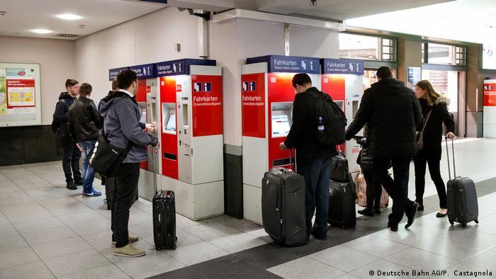 Menschen stehen vor Fahrkartenautomaten (Deutsche Bahn AG/P. Castagnola)