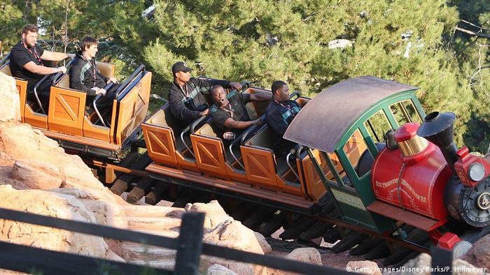 Die Minenachterbahn Big Thunder Mountain Railroad in Disney World sieht aus wie ein kleiner Zug.