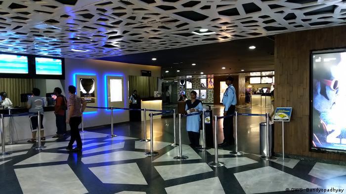 Indien Kalkutta - Kino eingangsbereich (DW/S. Bandyopadhyay)