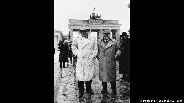 Billy Wilder and Horst Buchholz in front of Brandenburg Gate (Deutsche Kinemathek/E. Rabau)