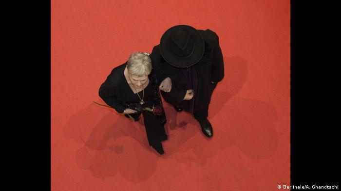 Judi Dench auf dem Roten Teppich von oben (Berlinale/A. Ghandtschi)