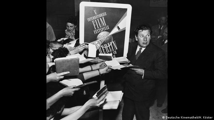 Peter Ustinov signing autographs at the Berlinale (Deutsche Kinemathek/H. Köster)