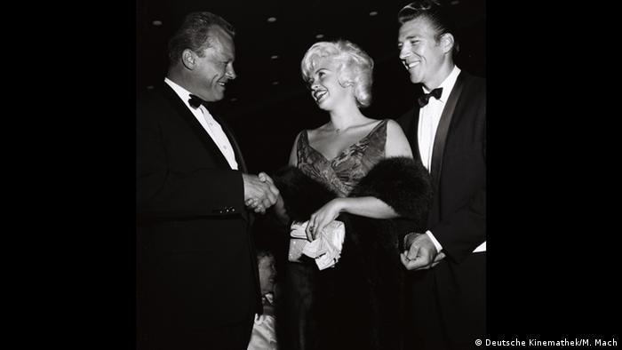 Willy Brandt shaking hands with Jayne Mansfield and her husband (Deutsche Kinemathek/M. Mach)