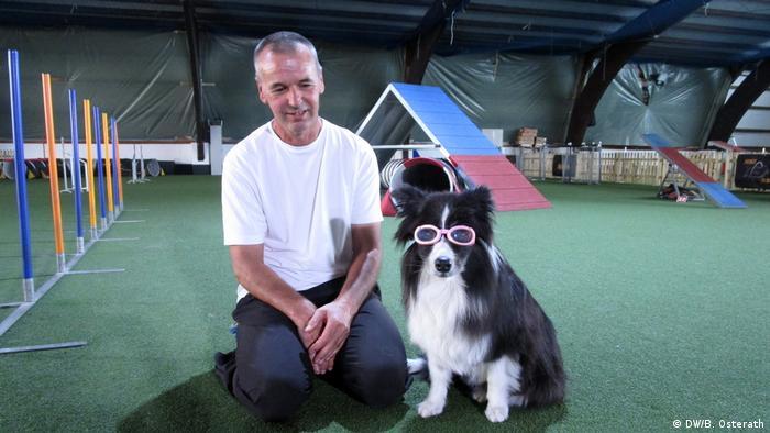 Kurzsichtiger Hund mit Brille (DW/B. Osterath)