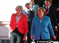 Тереза Мей (ліворуч) та Анґела Меркель на саміті ЄС у Зальцбурзі