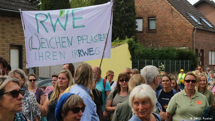 Hambacher Forst Protest Hambi bleibt (DW/G. Rueter )