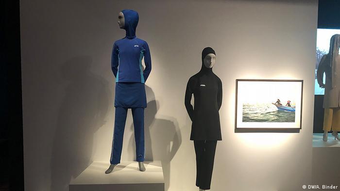 Zwei Puppen mit sportlichen muslimischen Outfits in der Ausstellung Contemporary Muslim Fashion im De Young Museum in San Francisco. (DW/A. Binder)