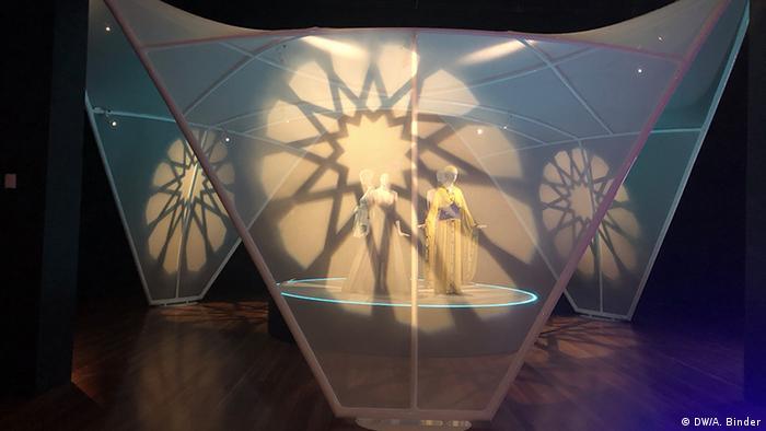 Blick in die Ausstellung Contemporary Muslim Fashion in San Francisco. (DW/A. Binder)