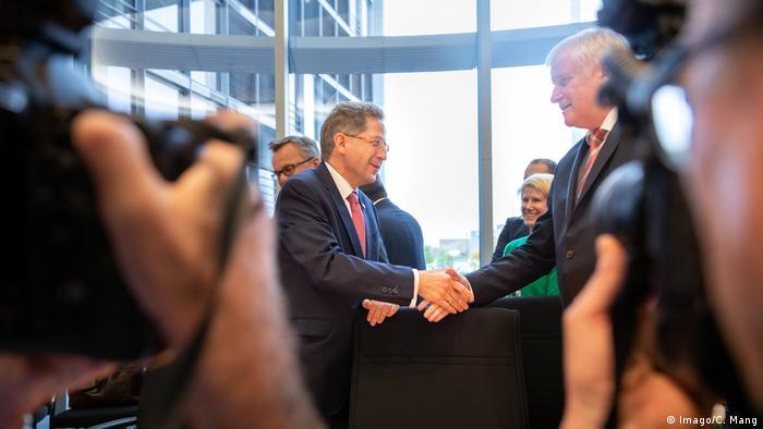 Hans-Georg Maassen and Horst Seehofer shaking hands