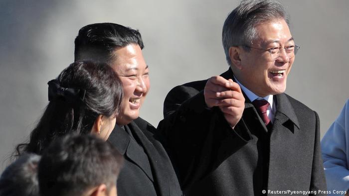 Nordkorea Kim Jong Un und Moon Jae In auf dem Gipfel des Mt. Paektu