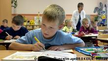 Децата в Германия тръгват на училище на 6-годишна възраст, а навършат ли 15 години, могат да изучават и професия. А как стои въпросът с работата срещу заплащане или с управлението на МПС? Тази галерия дава отговор на тези и други въпроси, свързани с възрастовите ограничения в Германия.