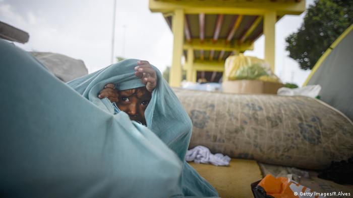 Criança venezuelana embaixo de viaduto em Manaus