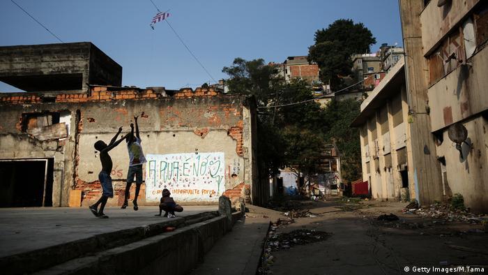 La radio et un podcast permettent de lutter contre les fausses nouvelles dans les favelas.