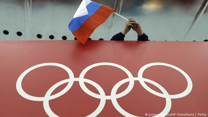 Российский флаг над Олимпийскими кольцами