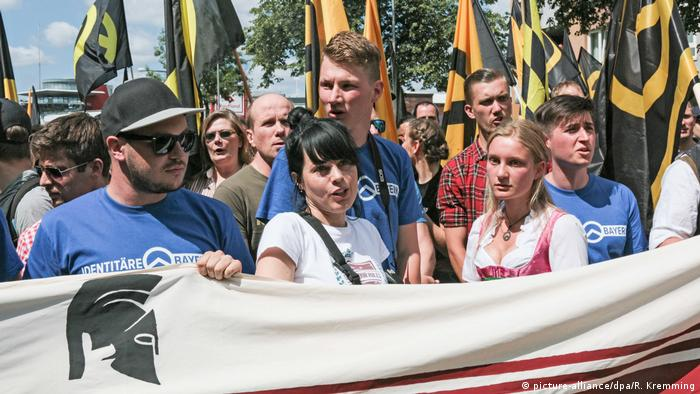 Identitarians holding a demonstration (picture-alliance/dpa/R. Kremming)