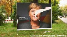 Ein Plakat der CDU mit einem Porträt von Bundeskanzlerin Angela Merkel ist zerrissen aufgenommen in Berlin im Stadtteil Schöneberg am 27.09.2017. Foto: Wolfram Steinberg/dpa | Verwendung weltweit