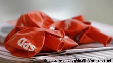SPD-Luftballons liegen am Dienstag (22.09.2009) bei einer Wahlkampfveranstaltung der SPD in Dortmund an einem Stand bereit. Am 27.09.2009 findet die Bundestagswahl statt. Foto: Rolf Vennenbernd dpa/lnw +++(c) dpa - Bildfunk+++ | Verwendung weltweit
