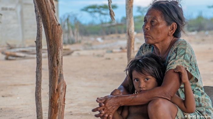 Nellys y Yailyn descansan un poco. El día termina en la Guajira y pronto las niñas se irán a dormir.