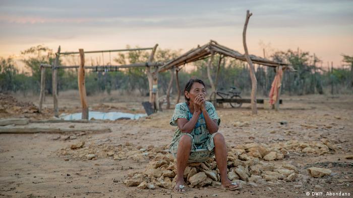 """Nellys Epinayú cuida a sus 3 nietas. Su hija Teresa falleció tras el parto de Marialtamira, su nieta más pequeña. """"Fue la fiebre; le daba agua y no se le bajaba. Duró varios días así, y luego se fue""""."""