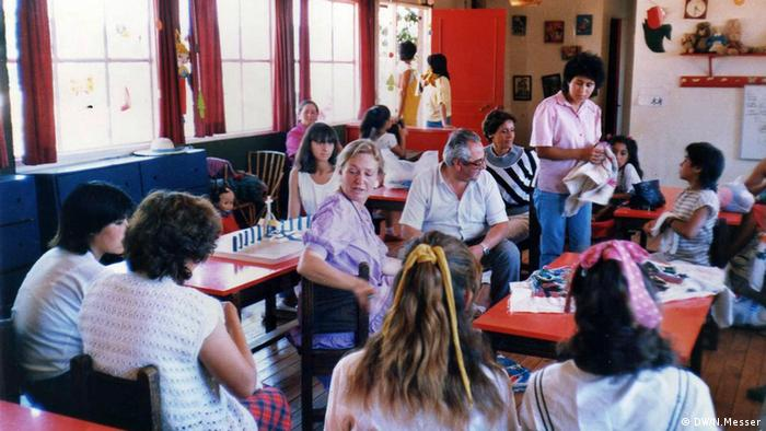 La década del '80 fue una etapa productiva. Las bordadoras ya eran reconocidas en Chile, también en Europa. En 1987, llega un nuevo desafío. Al grupo de mujeres se le solicita confeccionar un gran tapiz Papal, con motivo de la visita a Chile del Papa Juan Pablo II.