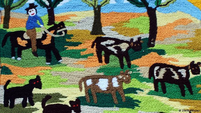 Los paños son de diferentes tamaños y, por lo general, exponen costumbres propias del mundo rural, como el arado de la tierra o la cosecha de hortalizas, siempre en paisajes boscosos y cordilleranos.