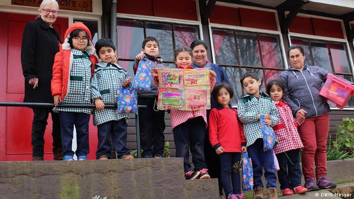 """En abril de 1974, y gracias a una donación proveniente de Alemania, Rosmarie Prim fundó el primer jardín rural de Chile, al que además llamó """"Manderscheid"""", como su ciudad de origen. Esta obra social antecede a la creación de las bordadoras de Copiulemu."""
