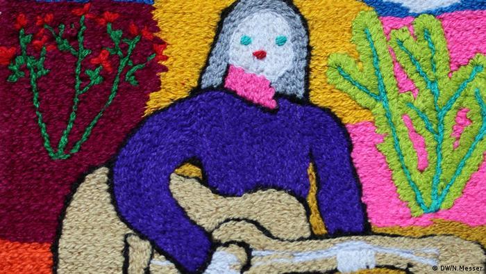 Rosmarie cuenta que en su época también tuvo que luchar contra el machismo, muy arraigado en zonas rurales chilenas, ya que algunos maridos o parejas no se acostumbraban a ver a sus mujeres fuera de las casas, bordando todo el día, viajando y exponiendo en galerías las obras.