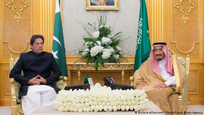 Pakistani PM Imran Khan and Saudi King Salman in Riyadh, Saudi Arabia (picture-alliance/AP Photo/Saudi Press Agency)