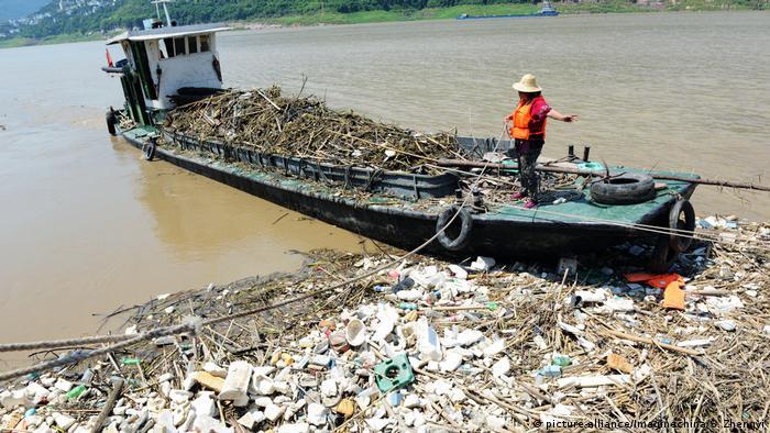Пластиковый мусор на реке Янцзы в Китае